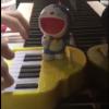 若き人気ピアニストが『小学一年生』付録「ドラえもん こえピアノ」で本格的な演奏